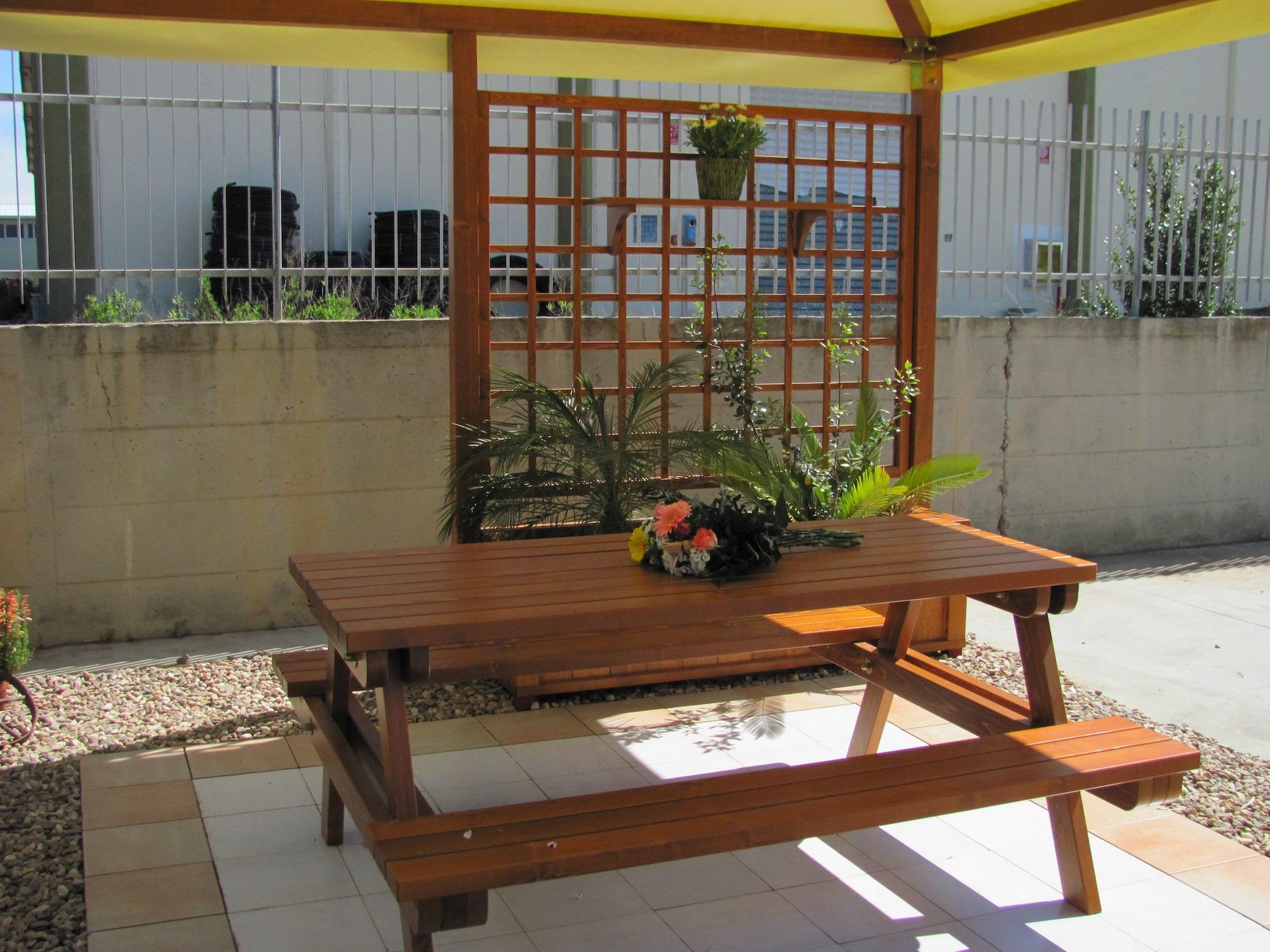Tavolo con panca in legno massello abete verniciato e gazebo