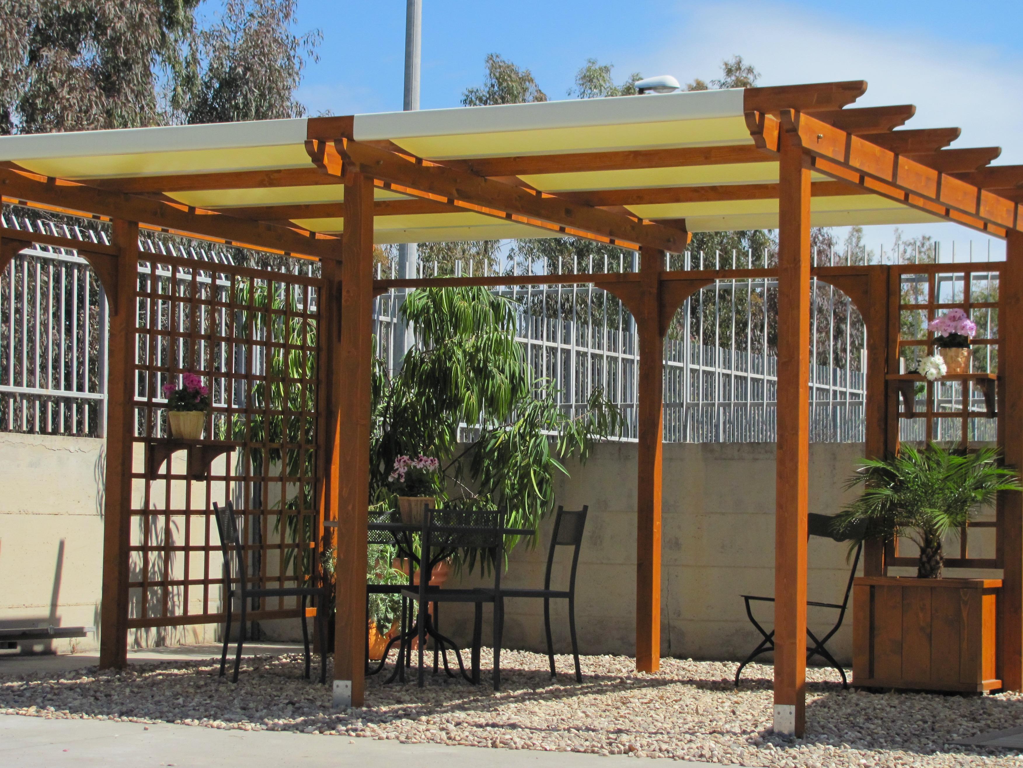 Gazebo e arredi giardino in legno massello abete verniciato