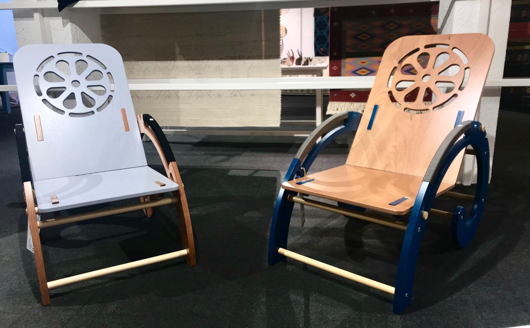 """Poltroncina """"Nautilus"""" reclinabile in varie posizioni in legno verniciato. Designer Alessandro Ariu"""