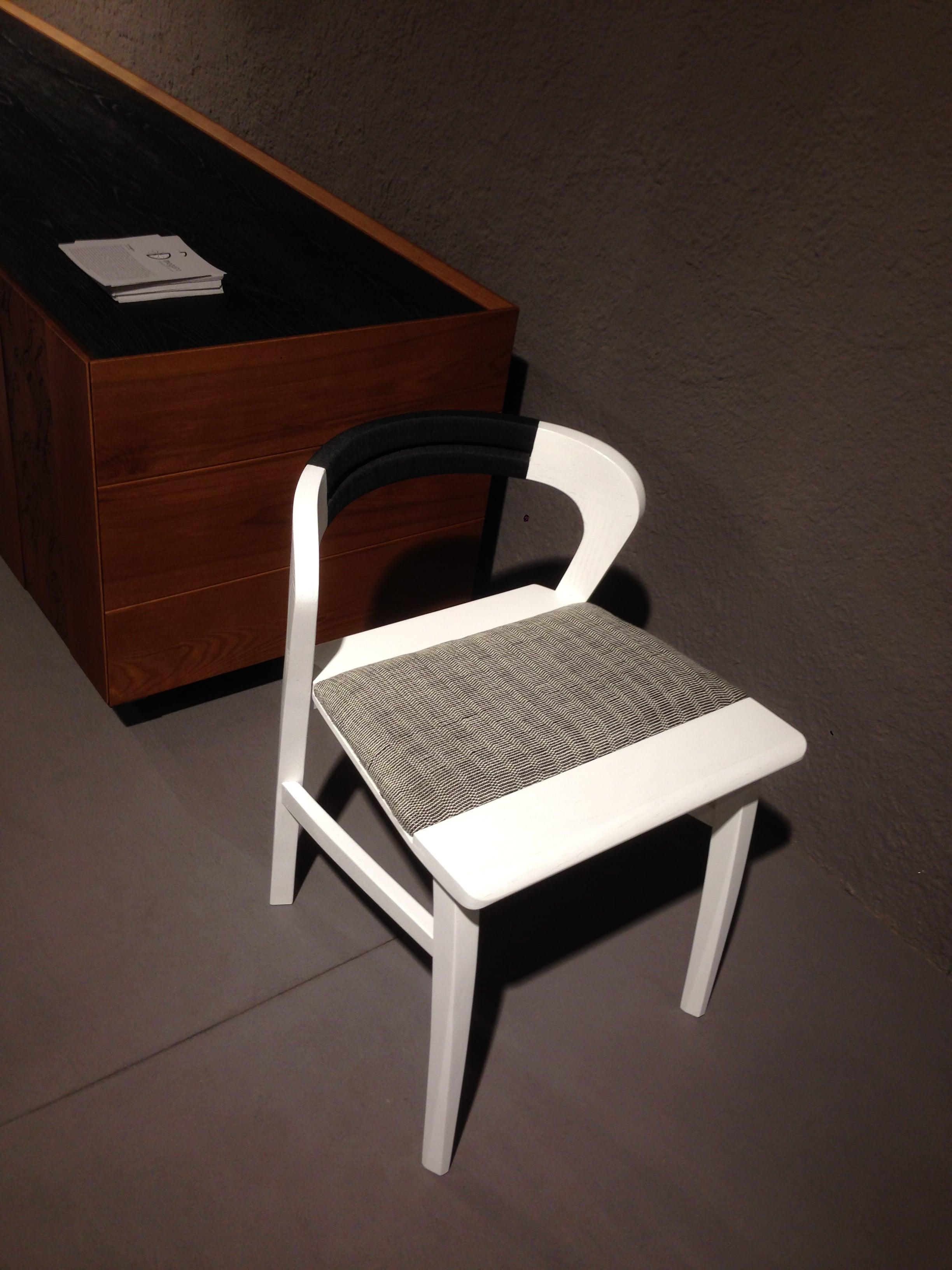 Sedia in legno frassino verniciato curvato senza braccioli. Progetto: architetto Roberto Virdis