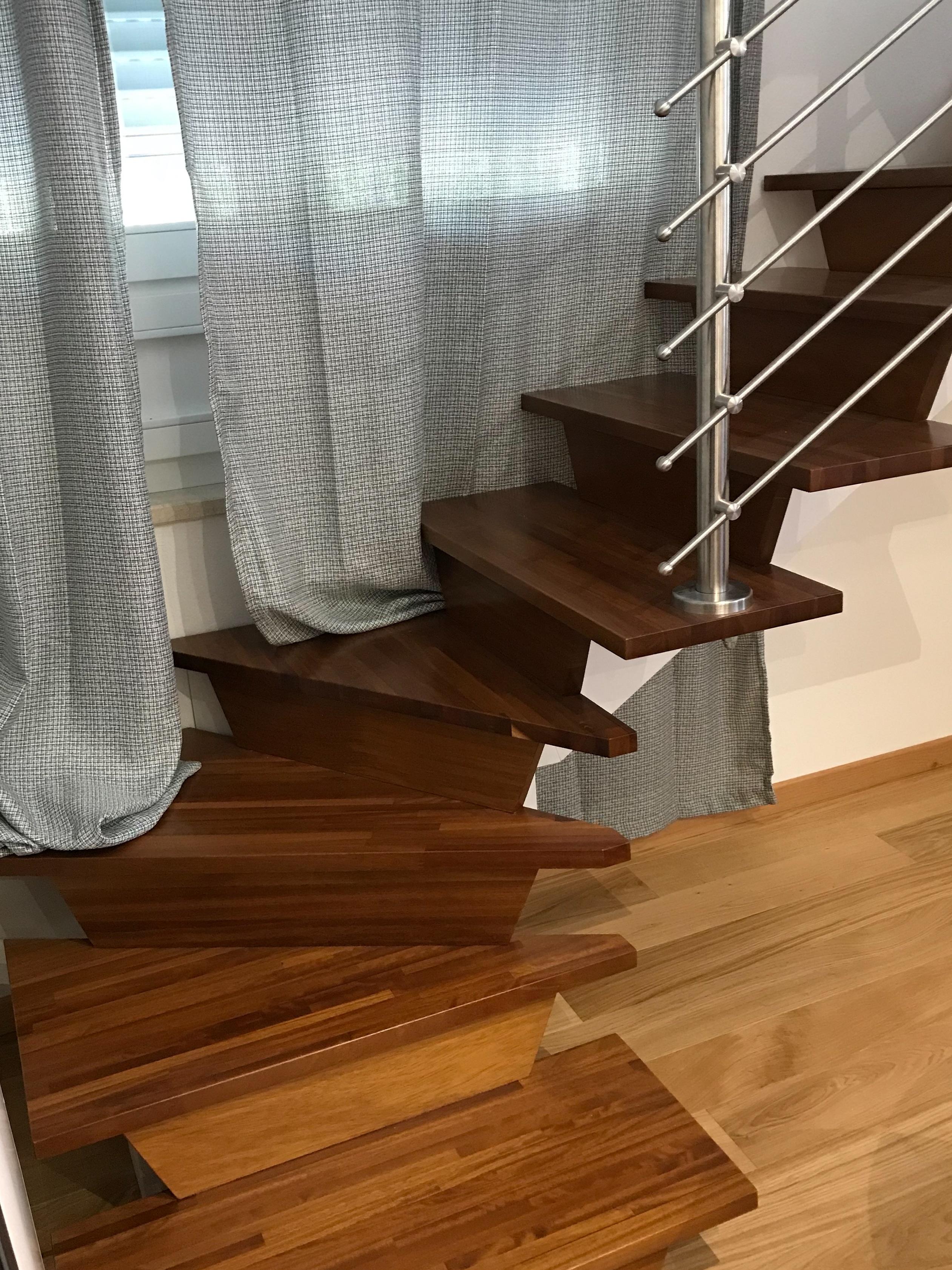 Scala portante in legno iroko con abbinamento ringhiera acciaio inox