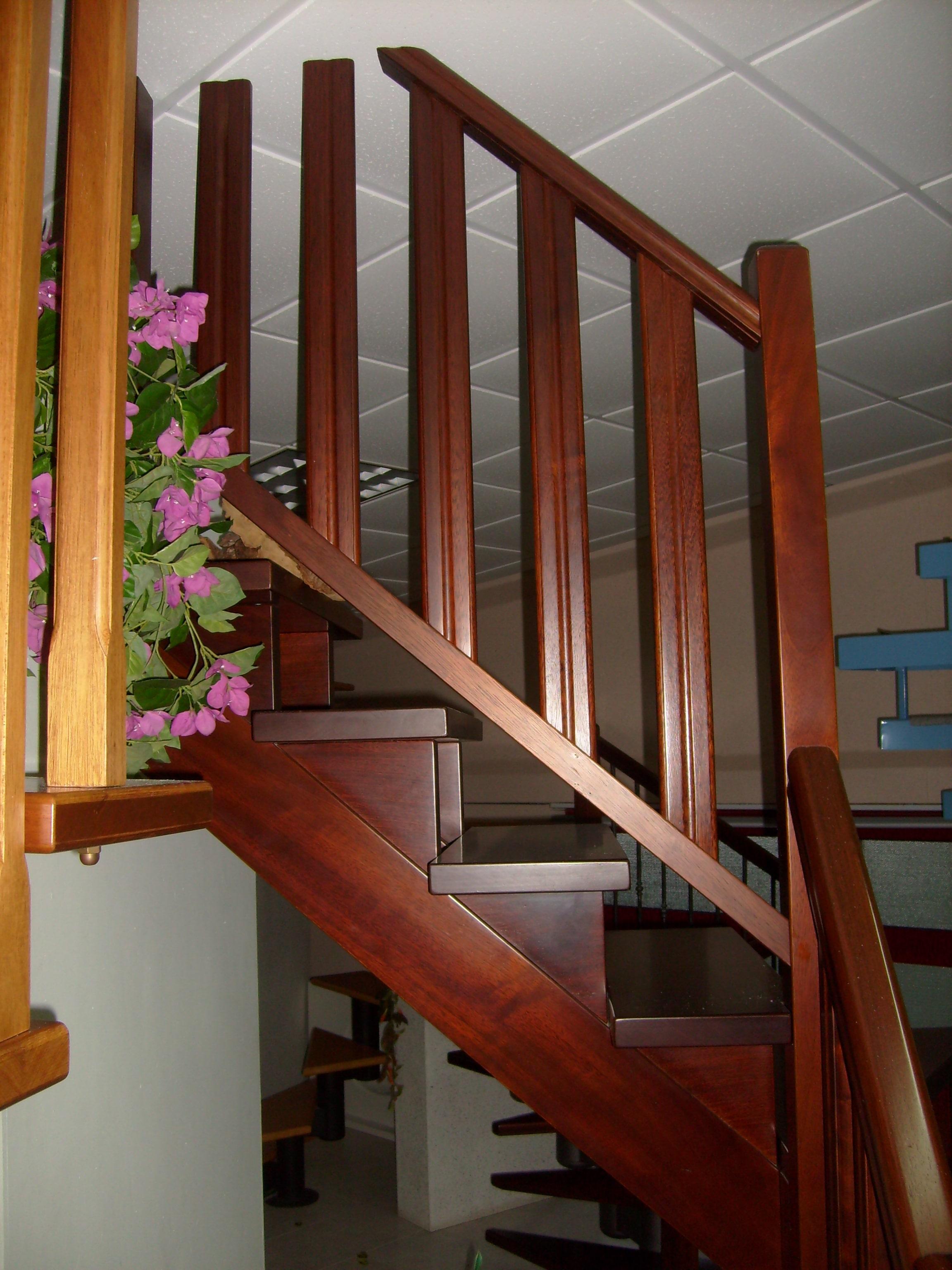 Scala a doppia trave in legno massello mogano con abbinamento ringhiere e colonnine fresate in legno mogano