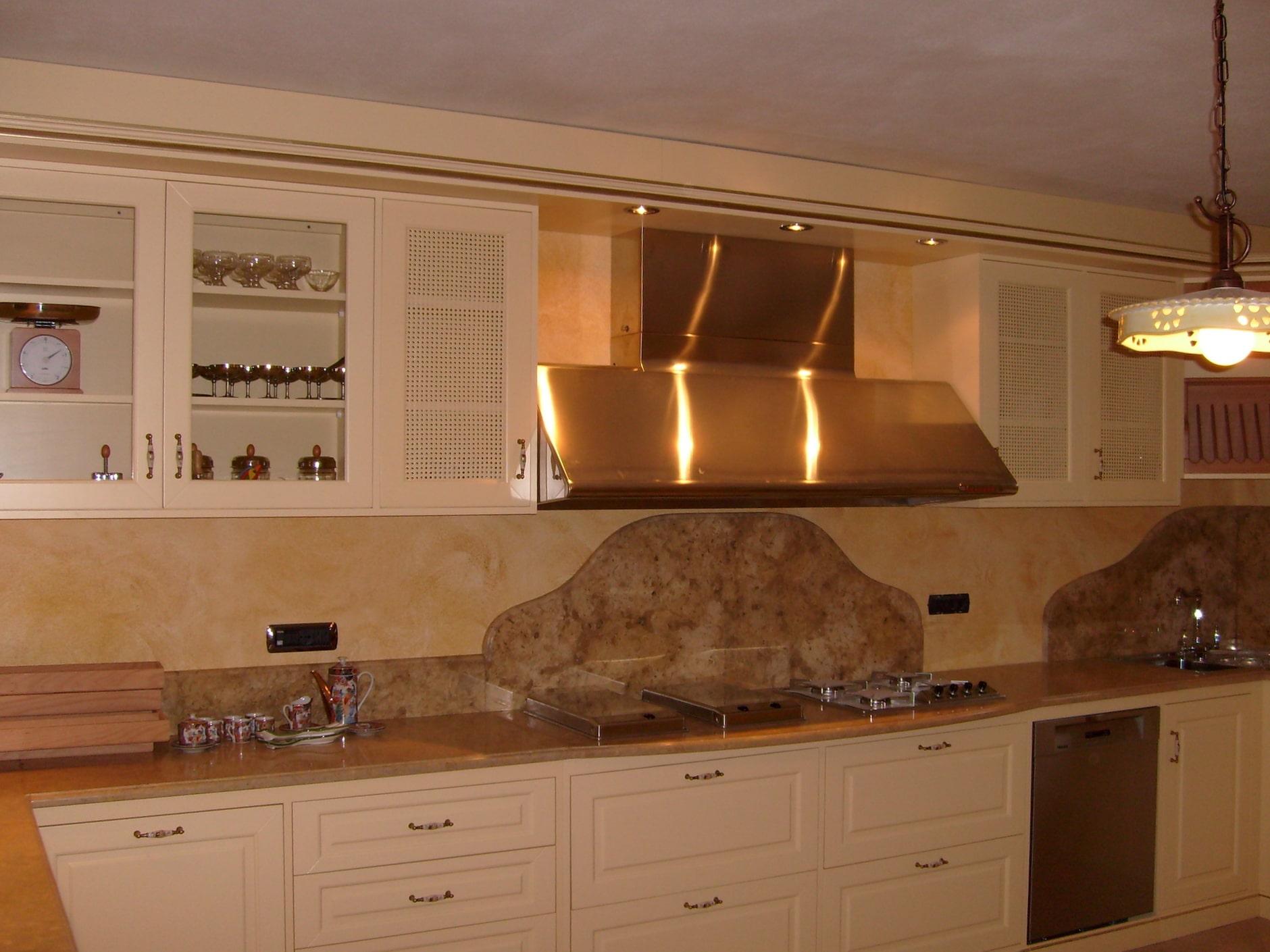 Cucina su misura stile classico in legno massello laccato