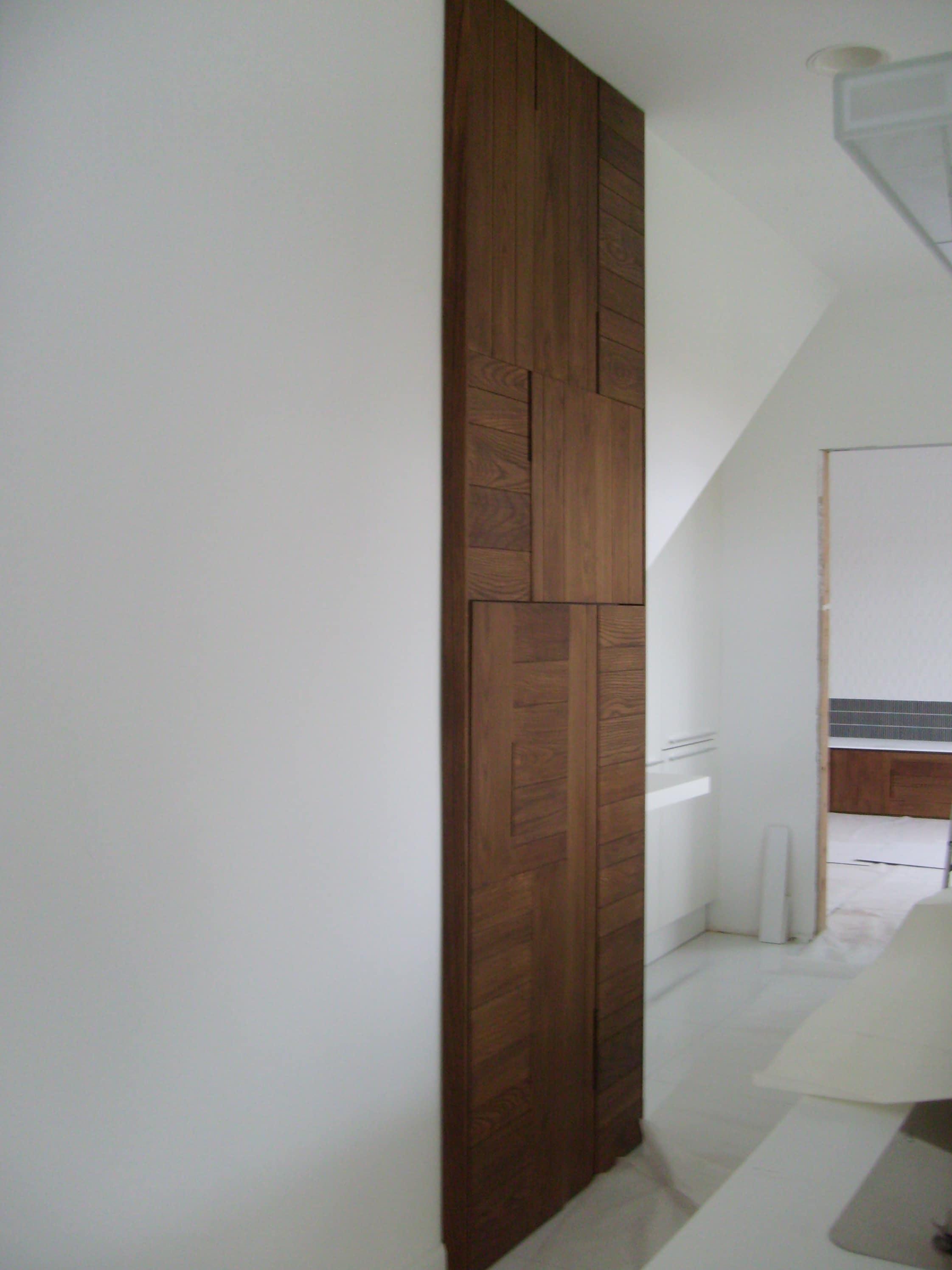 Telaio su misura con applicazioni di legno massello frassino. Progetto: architetto Roberto Virdis