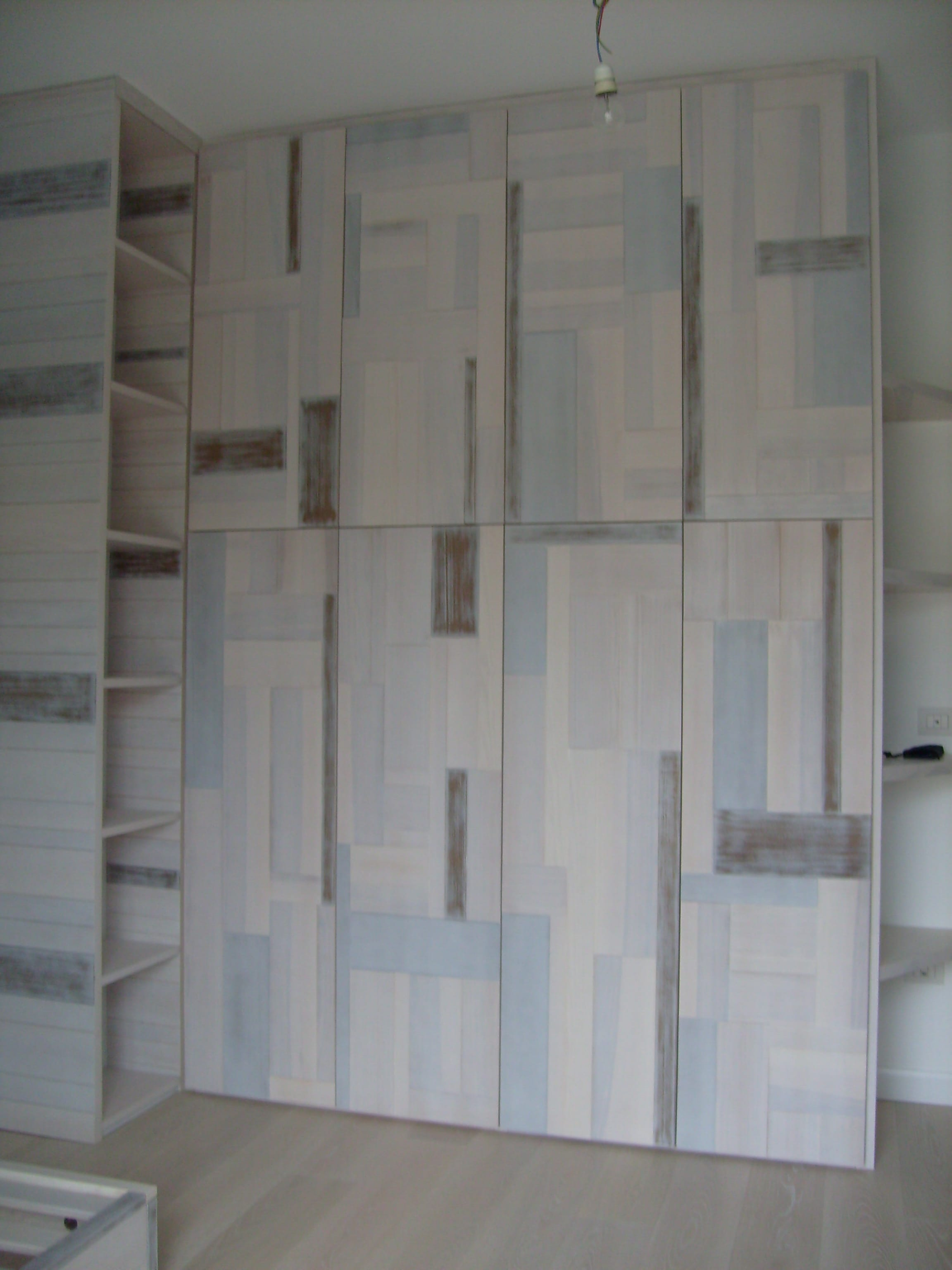 Armadio con applicazioni di legno massello frassino verniciato. Progetto: architetto Roberto Virdis