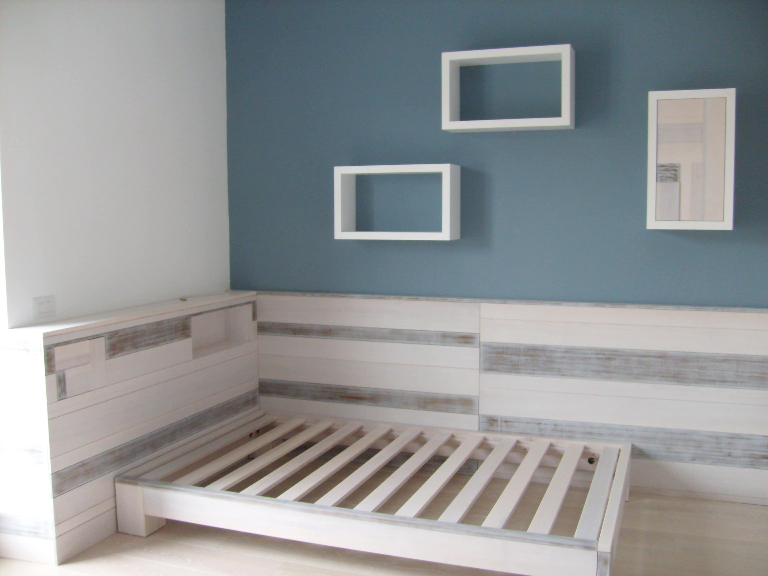 Struttura letto con applicazioni di legno massello frassino verniciato. Progetto: architetto Roberto Virdis