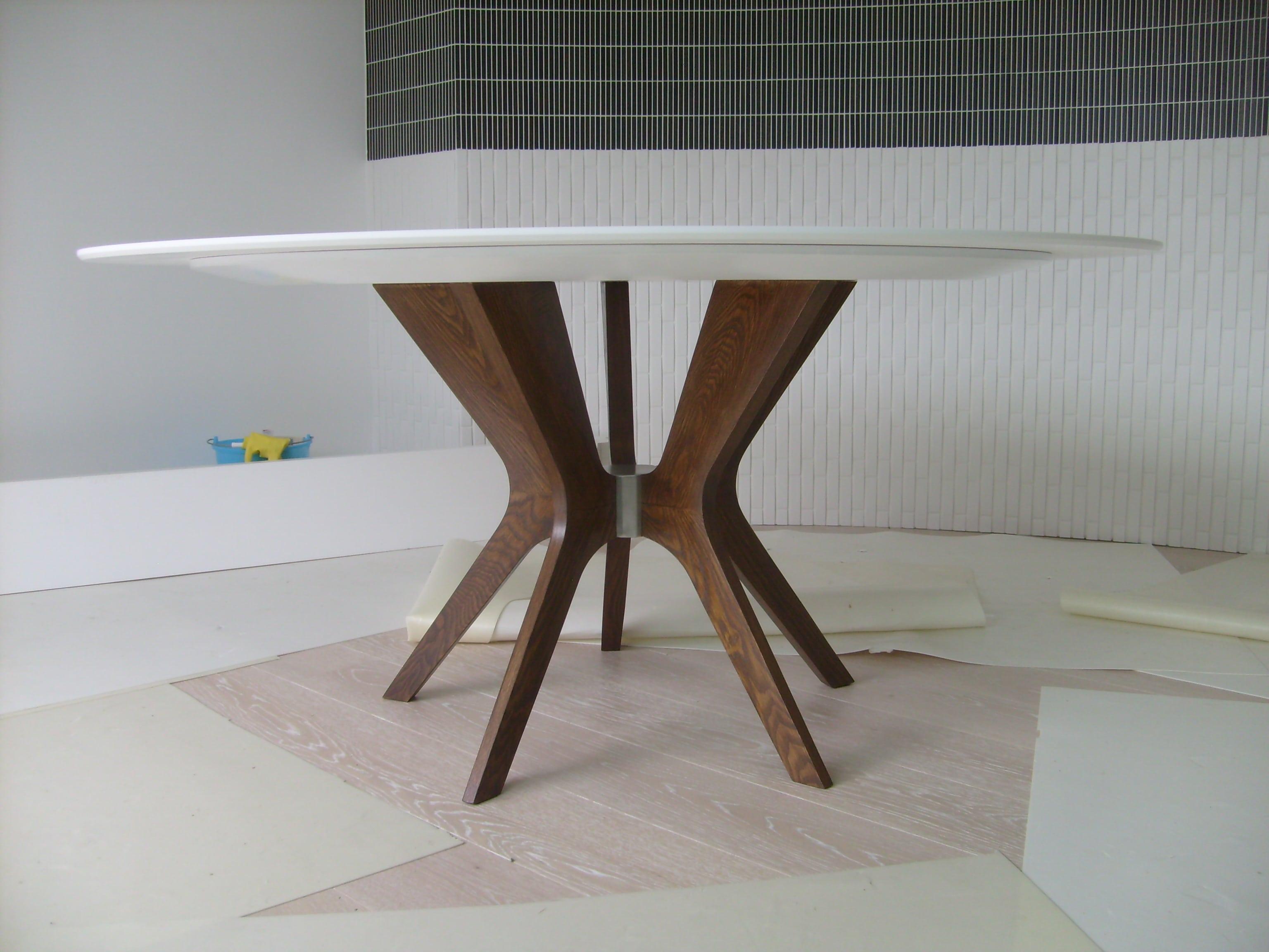 Tavolo rotondo in legno frassino con piano in corian. Progetto: architetto Roberto Virdis