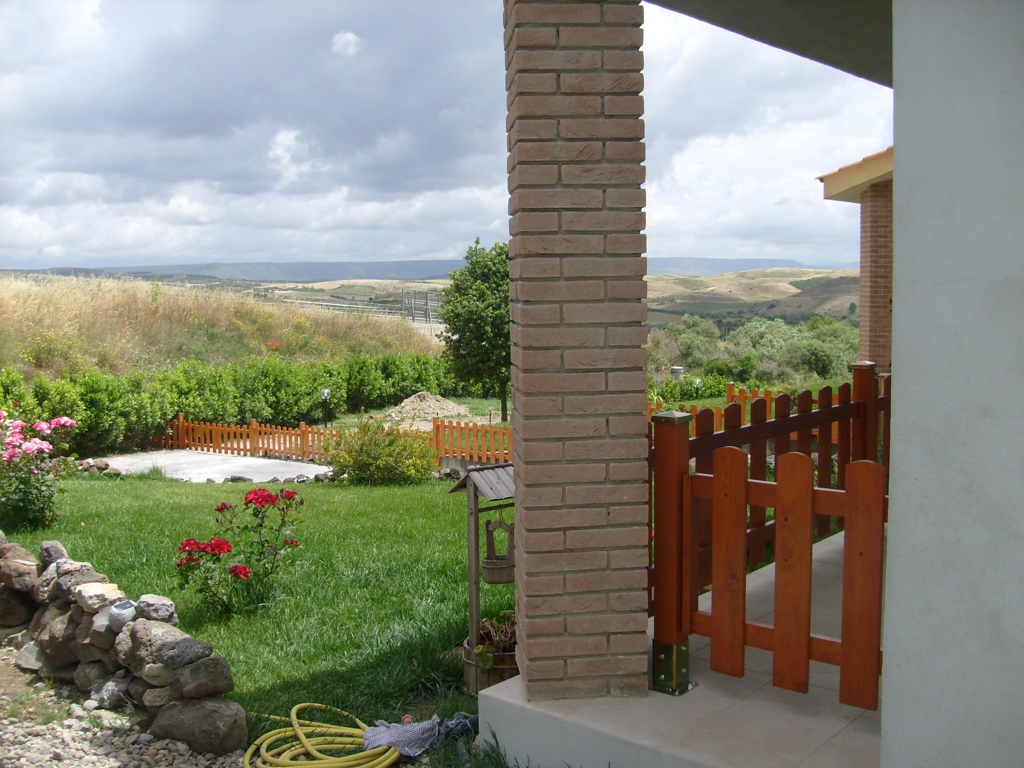 Ringhiera e recinzione in legno massello abete verniciato