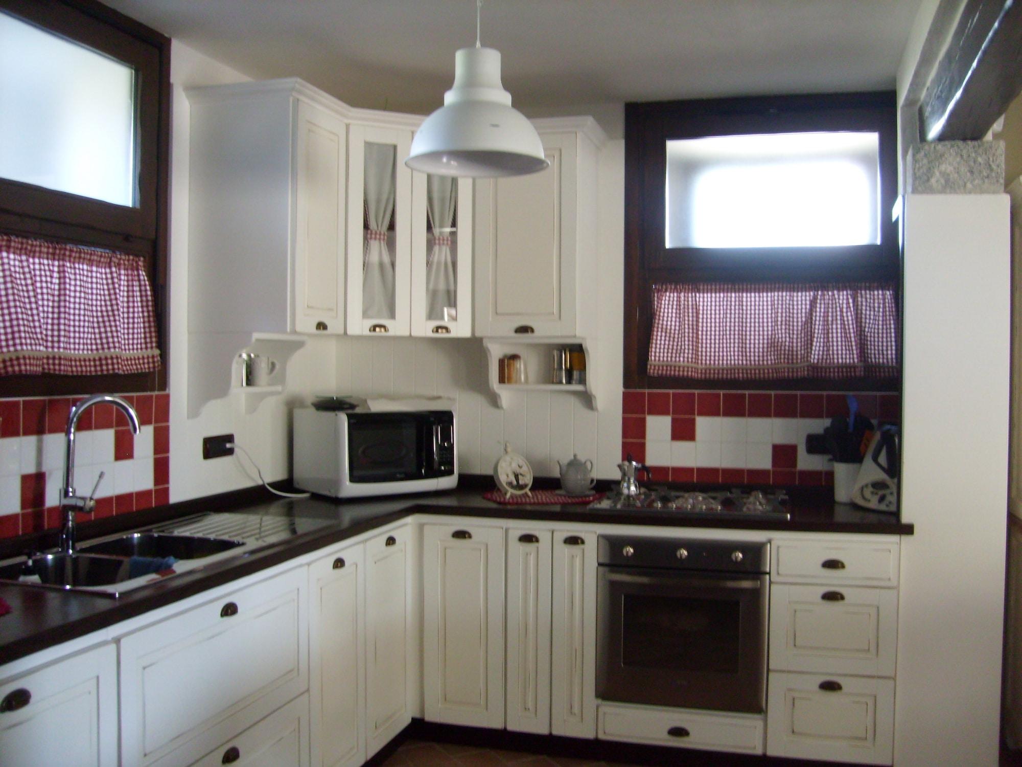 Cucina su misura in legno massello laccato vintage
