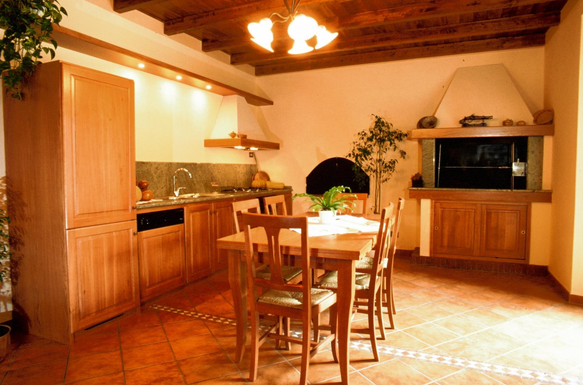 Cucina soggiorno su misura stile classico in legno massello verniciato