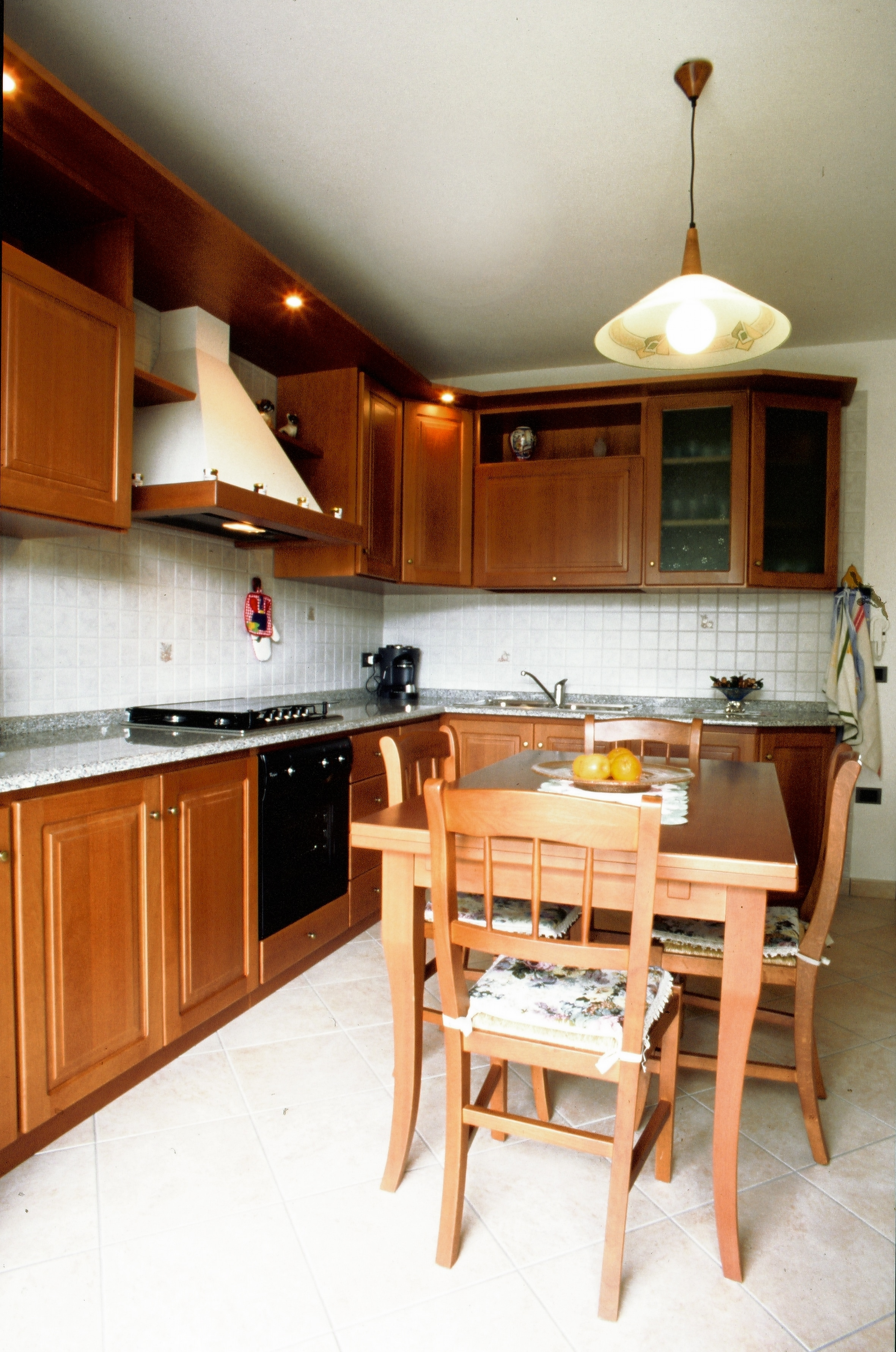 Cucina su misura stile classico in legno massello verniciato
