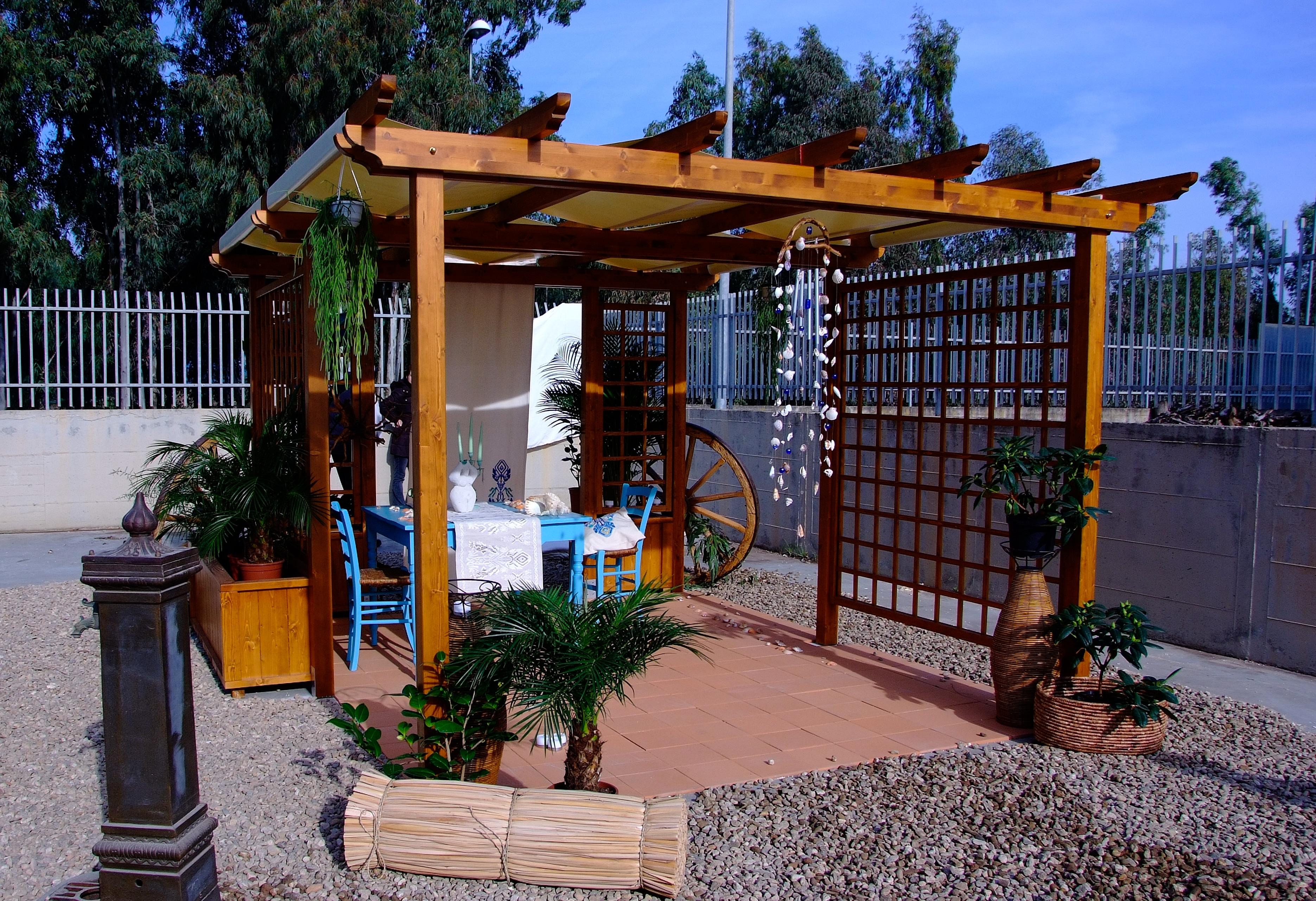Pergola e arredi giardino in legno massello abete verniciato