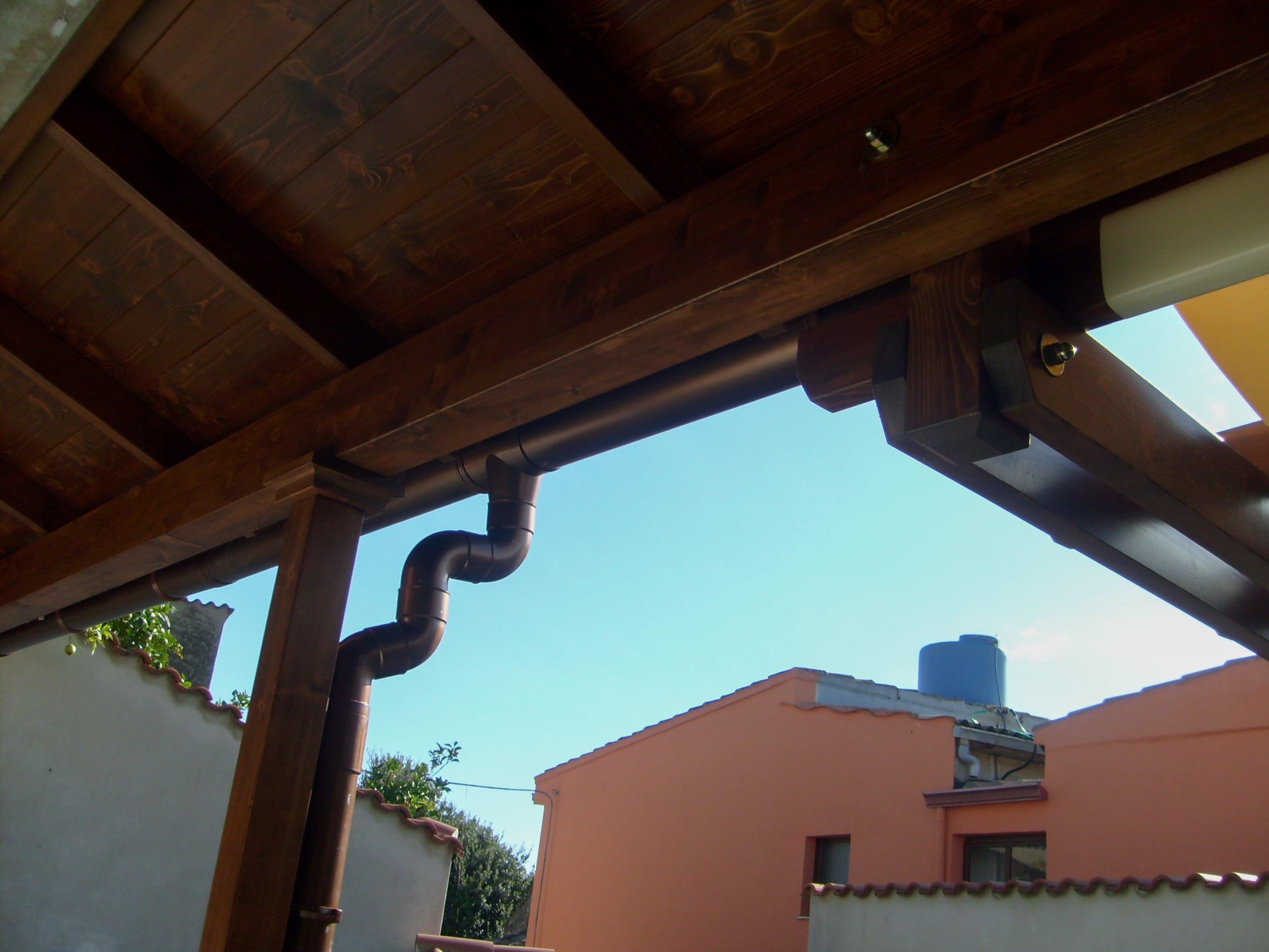 Dettaglio copertura con pergola in legno lamellare abete verniciato