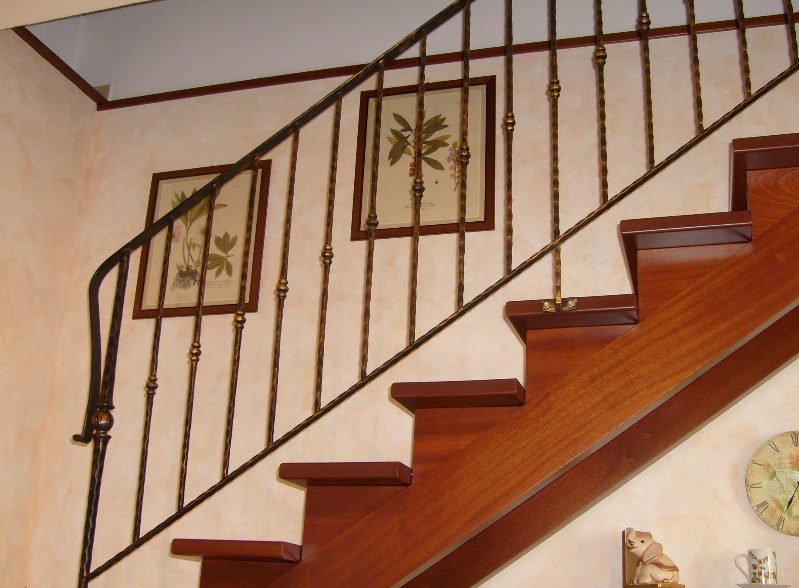 Scala modello a doppia trave in legno massello mogano con ringhiera in ferro battuto