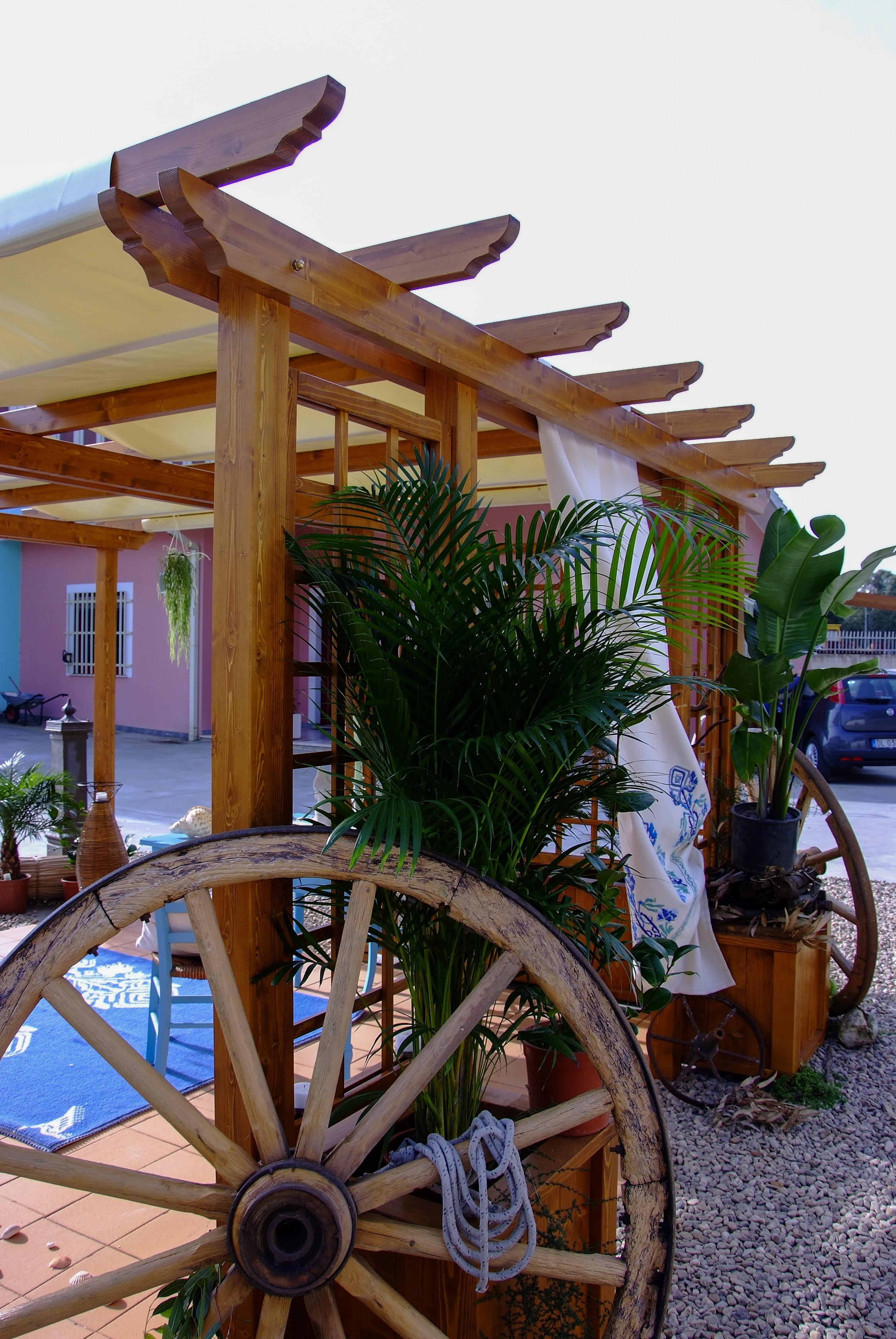 Dettaglio gazebo e arredi giardino in legno massello abete verniciato