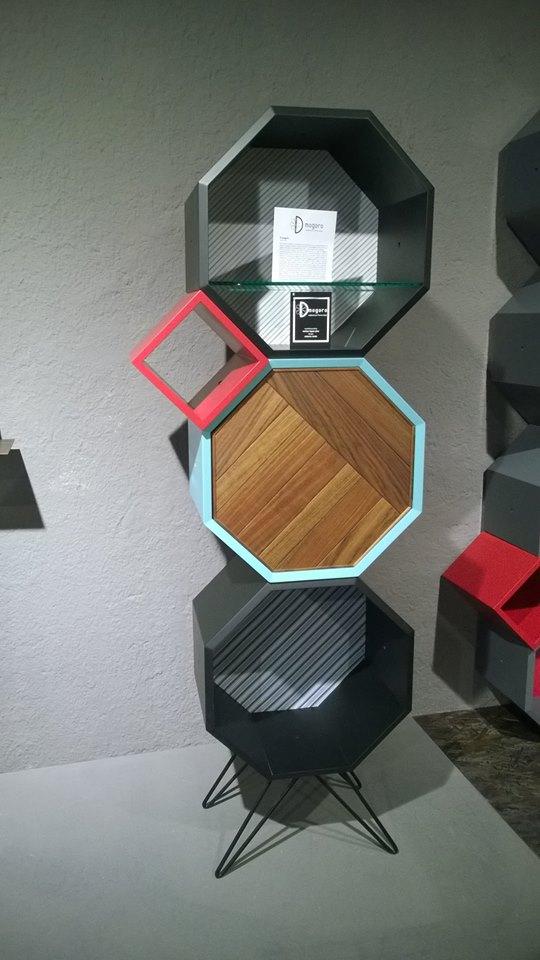 Base a tre moduli ottagonali in legno laccato. Progetto: architetto Roberto Virdis