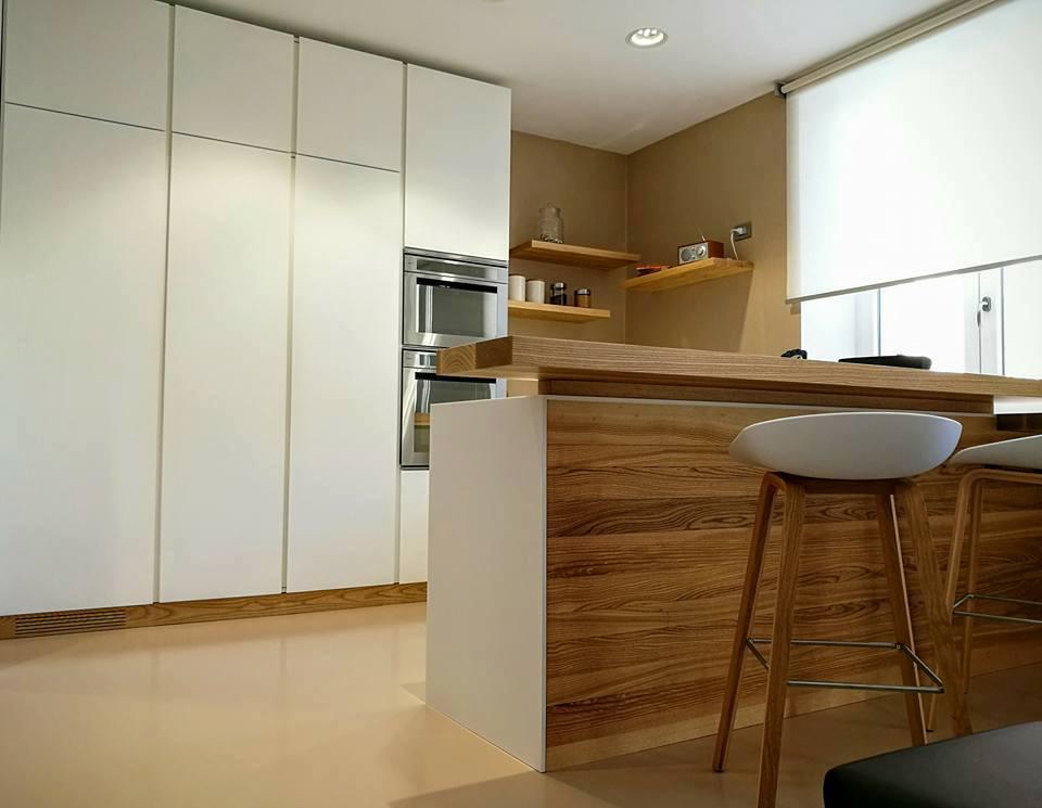 Cucina su misura in legno frassino al naturale, ante in legno laccato bianco. Progetto: architetto Roberto Virdis