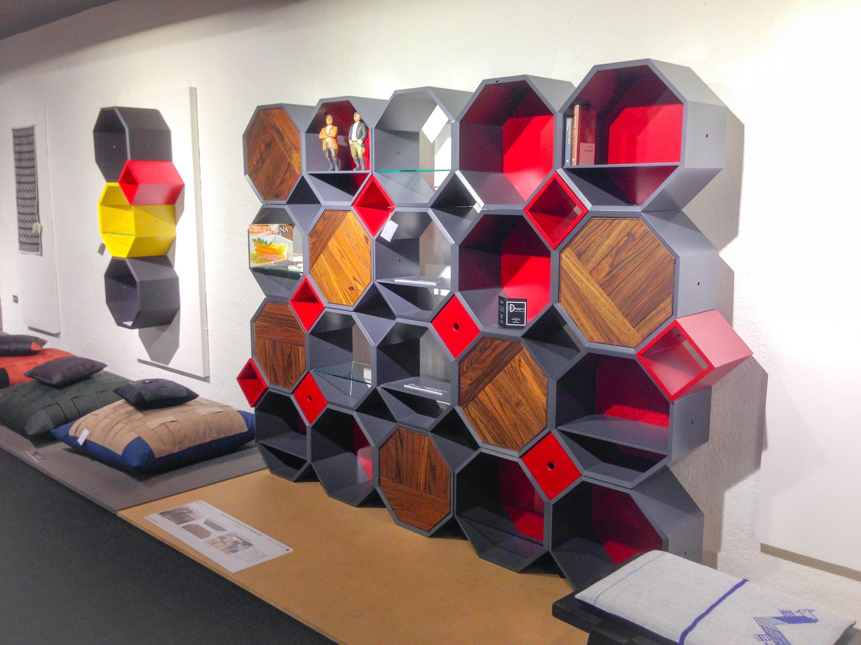 "Libreria componibile a moduli ottagonali ""Kaleidos"". Progetto: architetto Roberto Virdis"