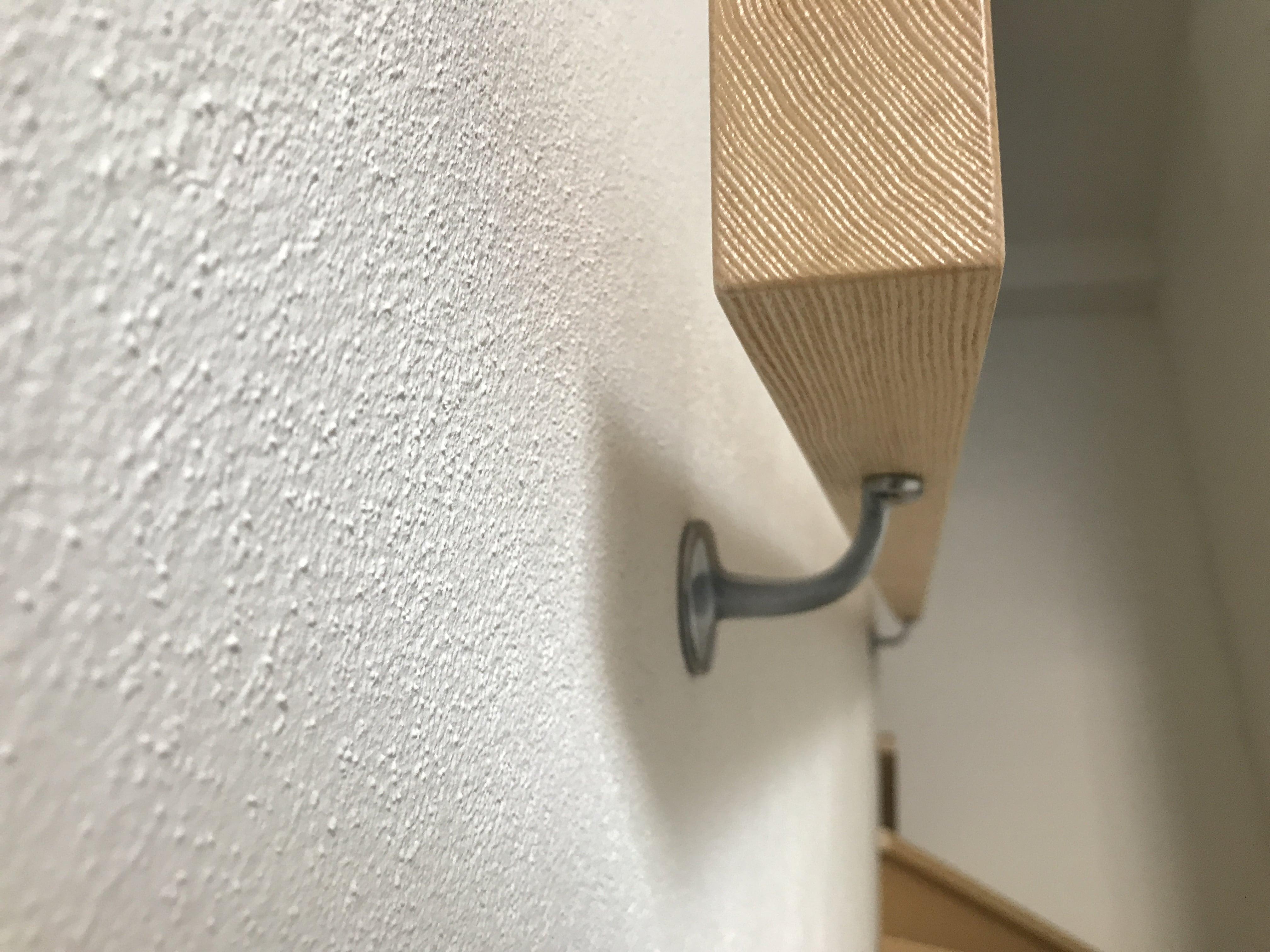 Dettaglio passamano a muro in legno massello frassino al naturale