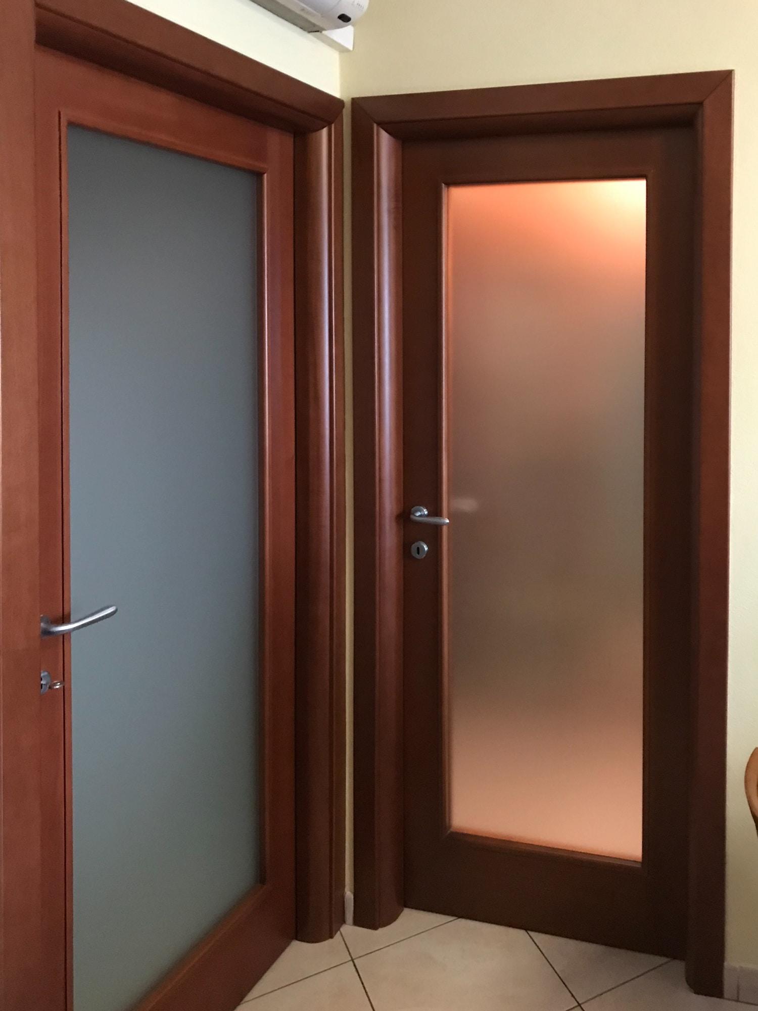 Porta a battente in legno massello verniciato con vetro satinato