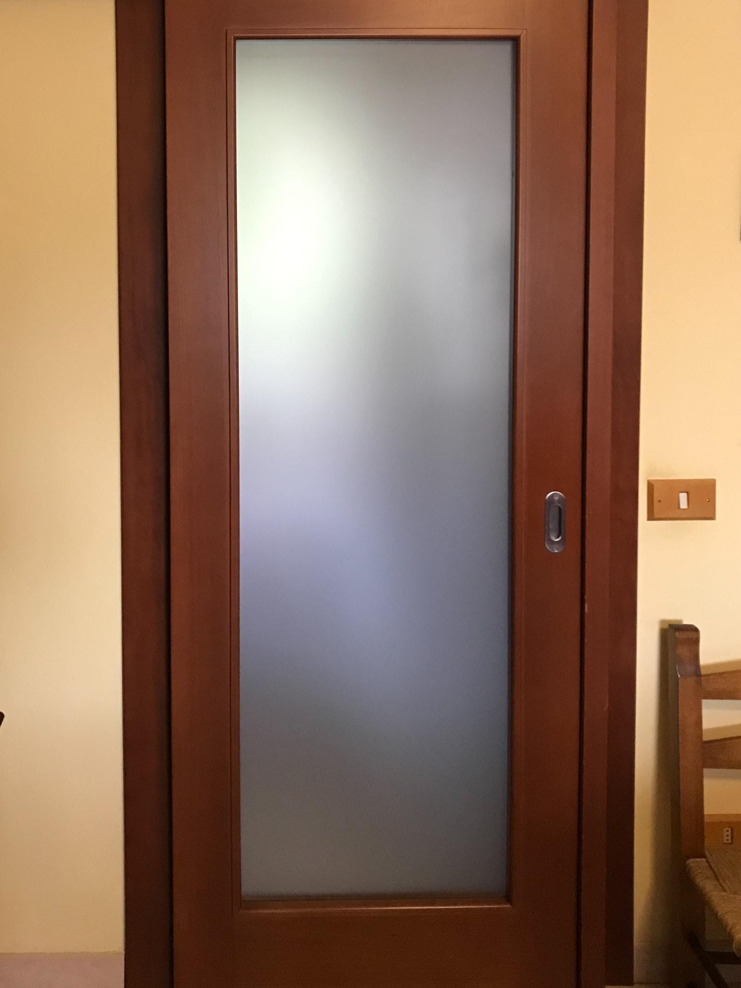 Porta scorrevole esterno muro in legno massello verniciato con vetro satinato