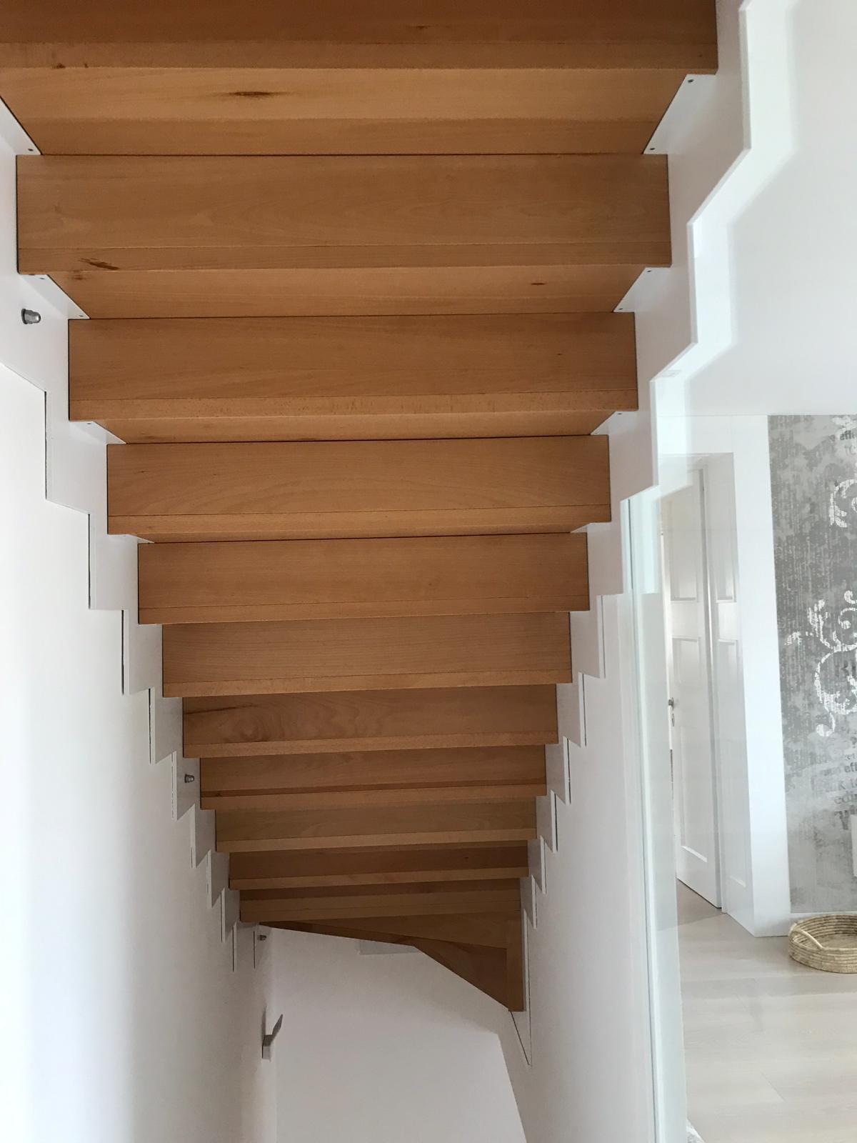 Scala in legno massello faggio al naturale supportata da struttura in acciaio verniciato