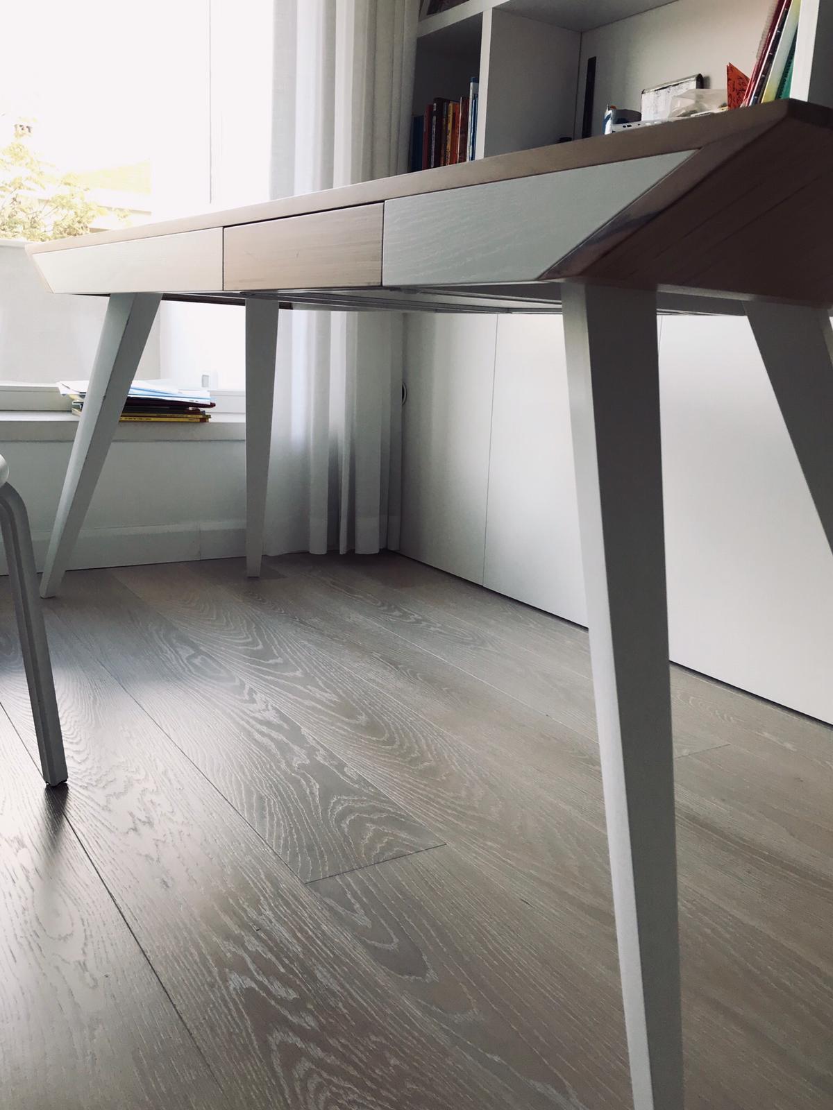 Scrivania in legno massello laccato bianco, piano in legno BauBuche (designer: Roberto Virdis)