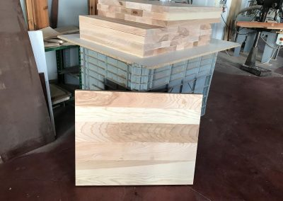 Fase di lavorazione e realizzazione struttura in legno massello frassino per divani su misura