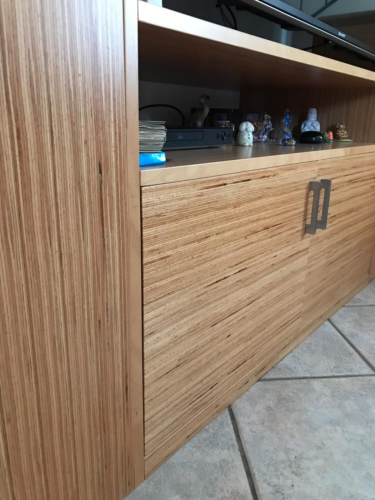 Dettaglio arredo su misura per vano sottoscala in legno lamellare faggio BauBuche verniciato al naturale. Progetto: architetto Roberto Virdis