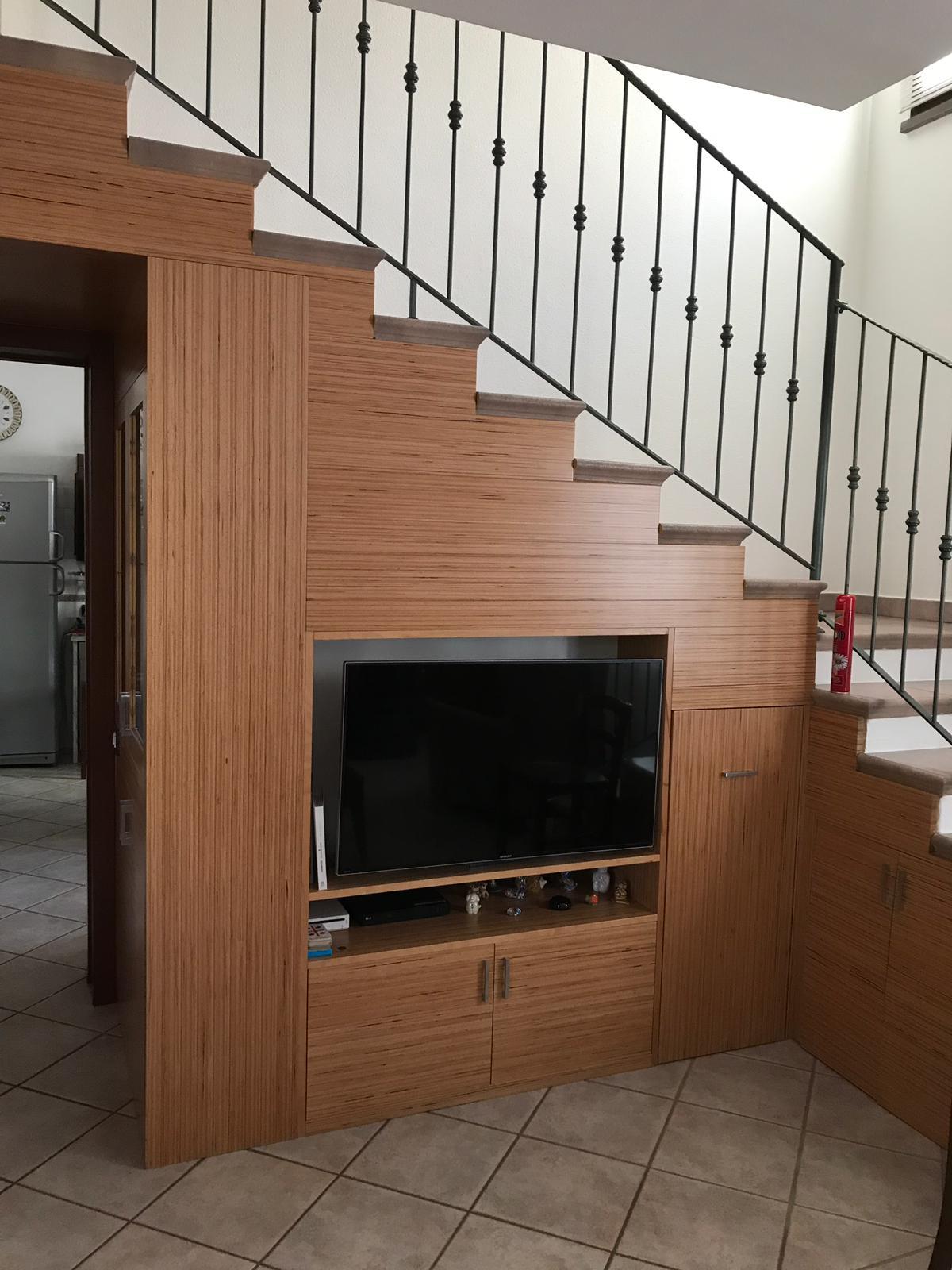 Arredo su misura per vano sottoscala in legno lamellare faggio BauBuche verniciato al naturale. Progetto: architetto Roberto Virdis