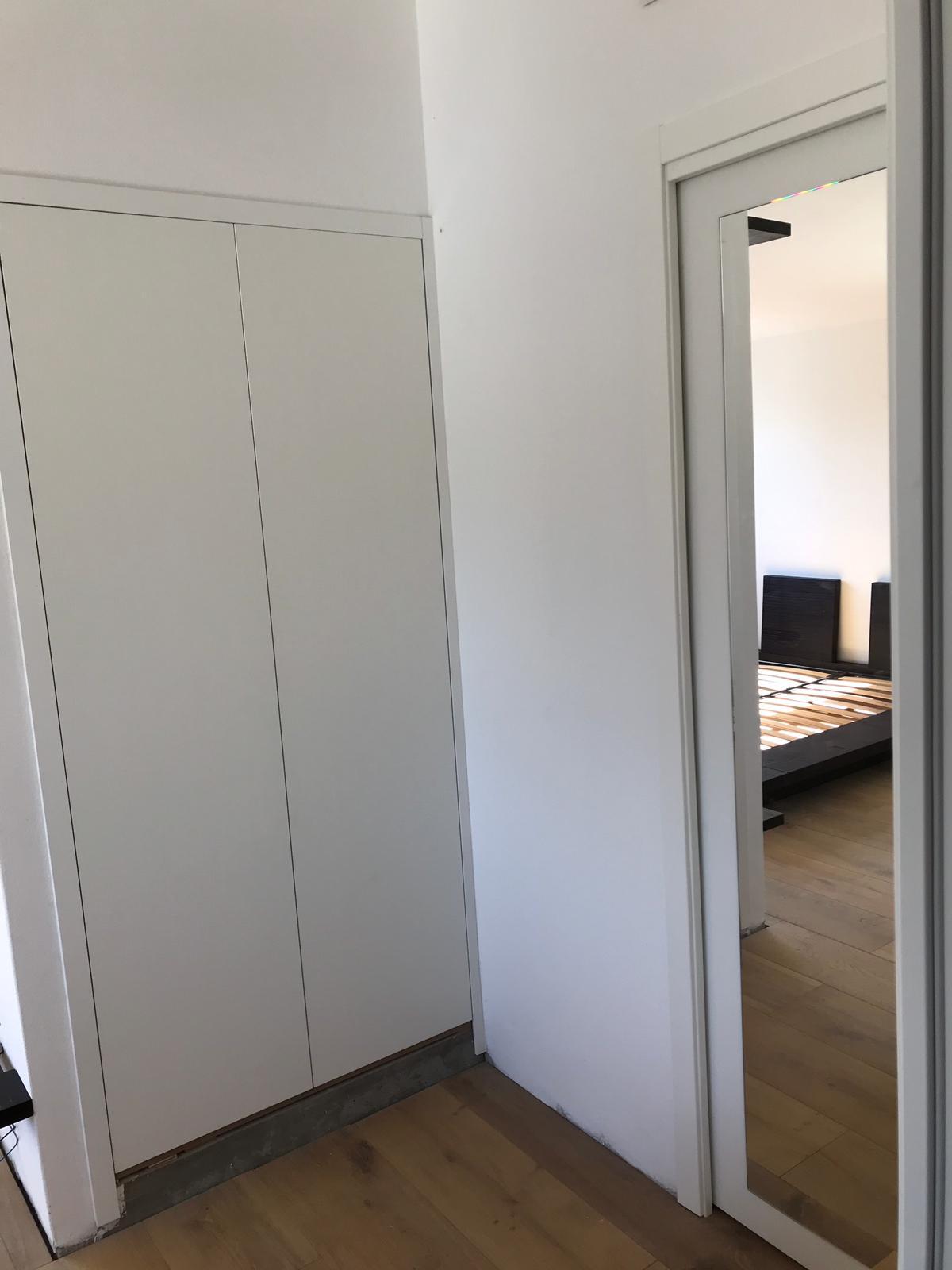 Posa in opera porte interne con finitura bianca, laminato effetto legno