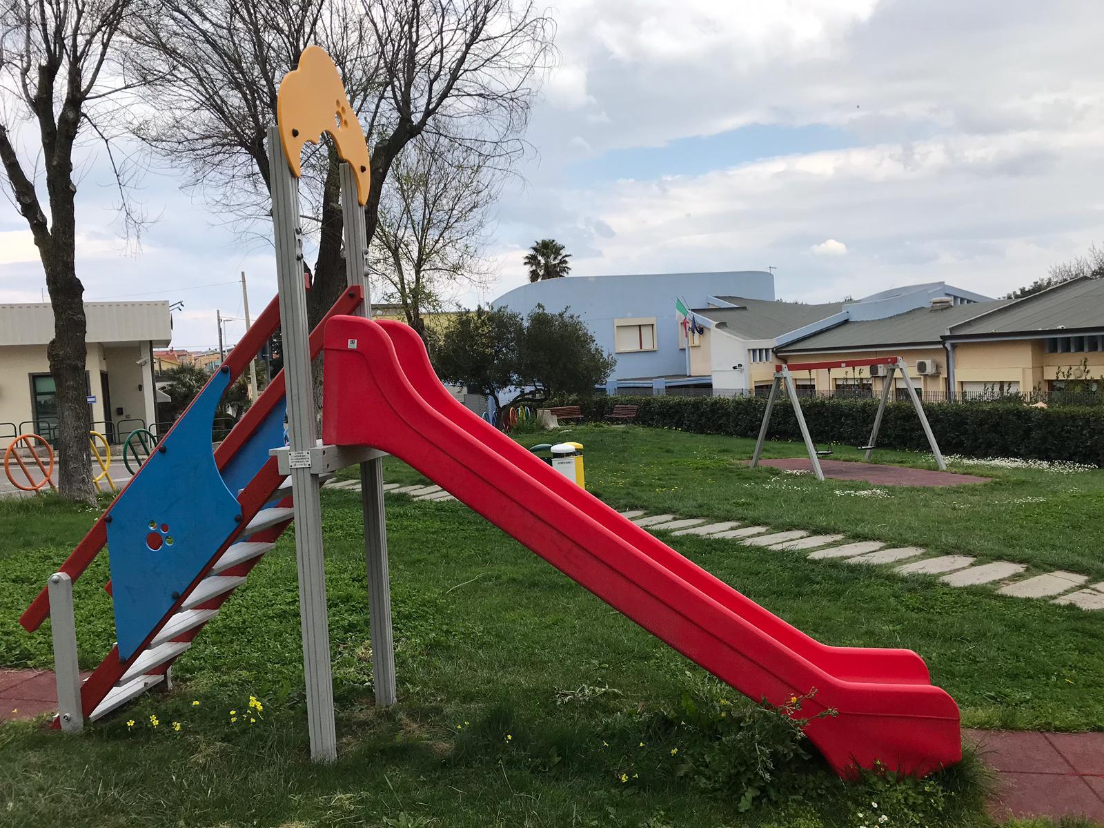 Riverniciature e messa in sicurezza dei giochi per i bambini in un parco