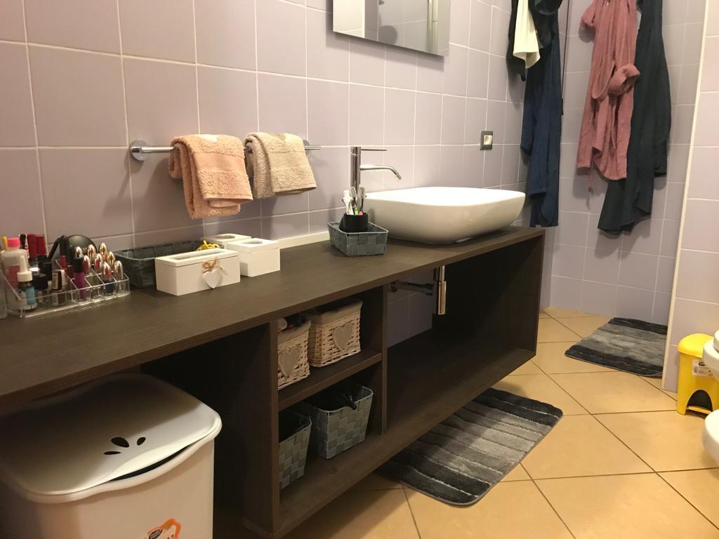 Mobiletto sospeso su misura per bagno in legno listellare nobilitato