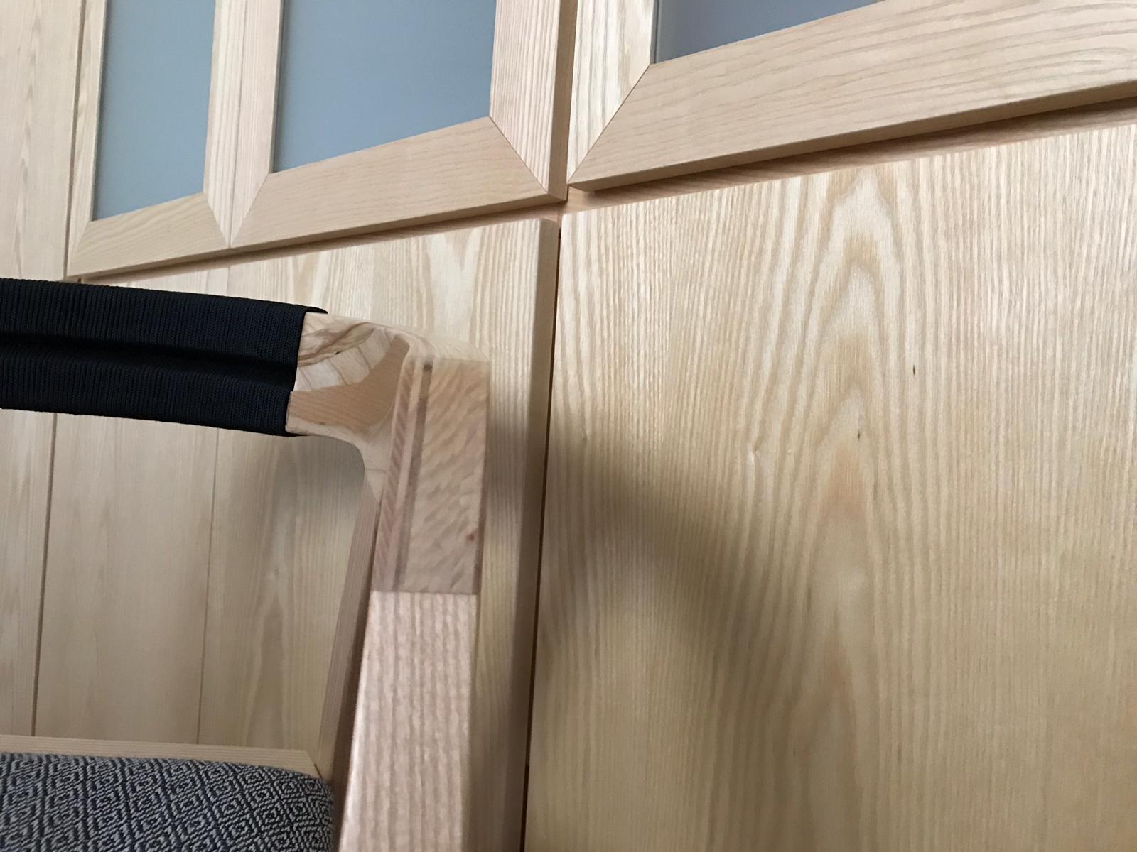 Telaio e ante a push in legno frassino con verniciatura al naturale