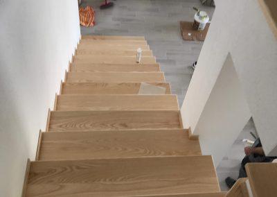 Posa rivestimento scala in legno massello frassino con verniciatura al naturale