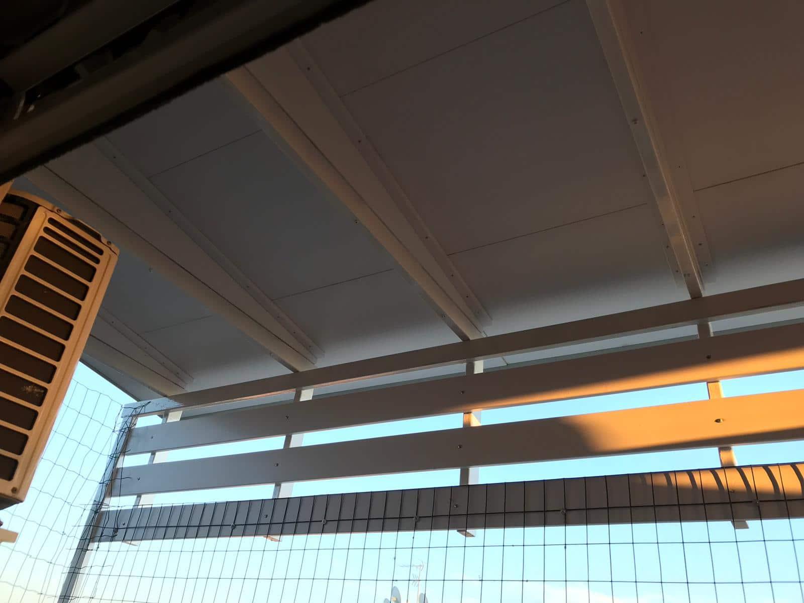Copertura a pannelli laccati bianchi con tegole ardesiate, montato su struttura in acciaio già esistente