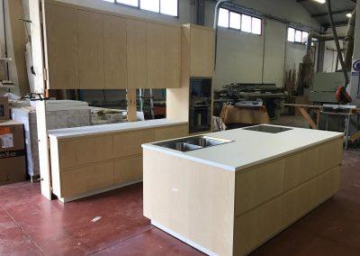 Realizzazione cucina su misura in legno listellare